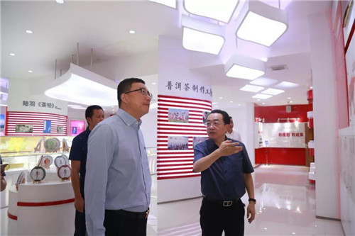 李进波代理县长一行参观集团沙盘、展厅