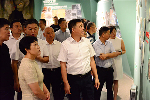 安惠公司陈惠董事长:向考察团介绍了灵芝的生长、现代研究