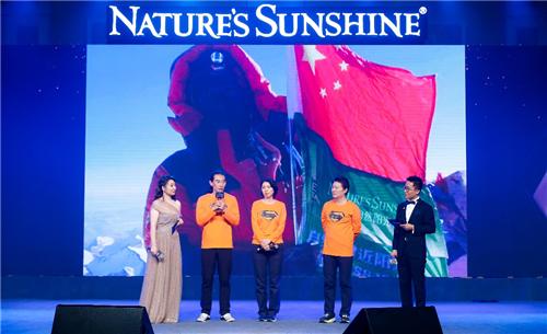 自然阳光品牌传播者林子姐(中)、中国无氧登顶珠峰第一人穆萨(左二)、阳光代言人訾新生(右二)